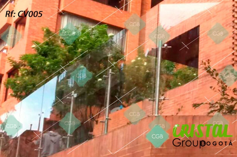 Cortavientos-para-terraza-en-vidrio-con-accesorios-en-acero