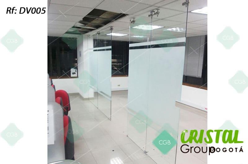 Division-de-oficina-en-vidrio-con-accesorios-en-acero-con-decoración-en-vinilo-adhesivo
