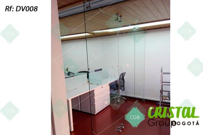 Division-de-oficina-en-vidrio-con-accesorios-en-acero-flotante