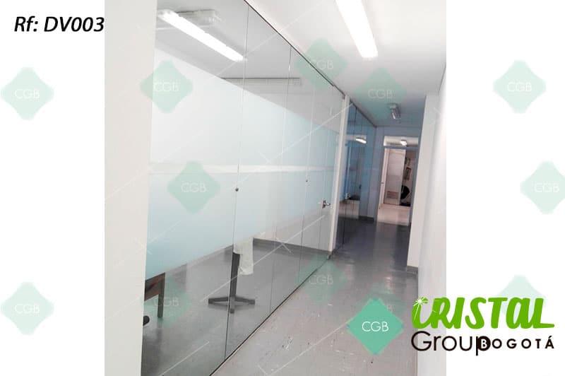 Division-de-oficina-en-vidrio-con-zocalos-en-aluminio-decorada-con-vinilos-adhesivos