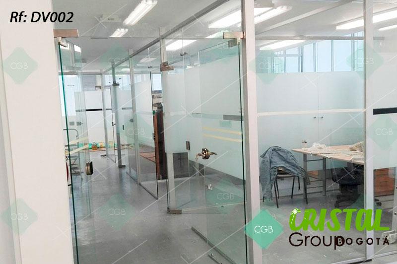 Division-de-oficina-en-vidrio-con-zocalos-en-aluminio-decorada-con-vinilos-adhesivos2