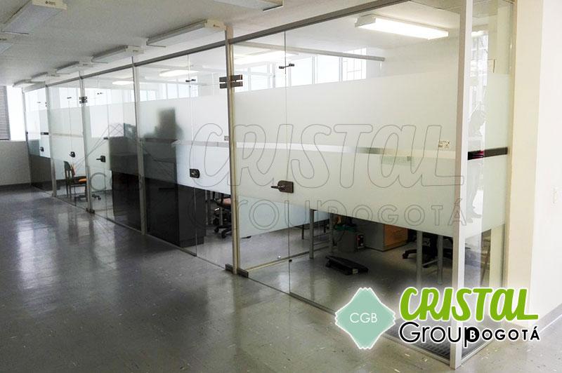 Division-de-oficina-en-vidrio-con-zocalos-en-aluminio-decorada-con-vinilos-adhesivos3