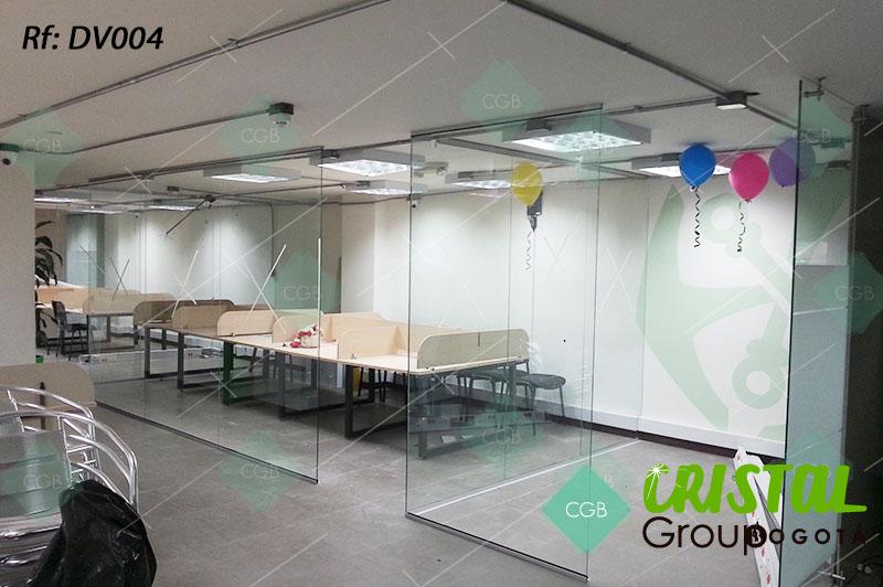 Division-de-oficina-en-vidrio-con-zocalos-en-aluminio-flotante