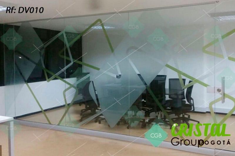 Division-de-oficina-en-vidrio-con-zocalos-en-aluminio