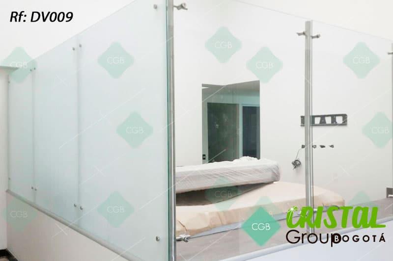 Division-para-oficina-en-vidrio-con-accesorios-en-acero-y-drywall