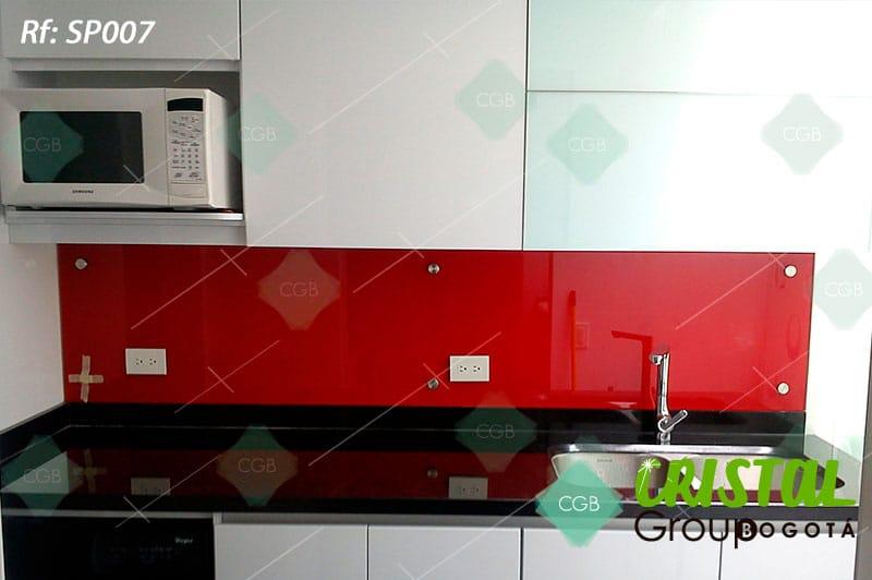 Salpicadero-en-vidrio-con-fondo-de-color-para-cocina