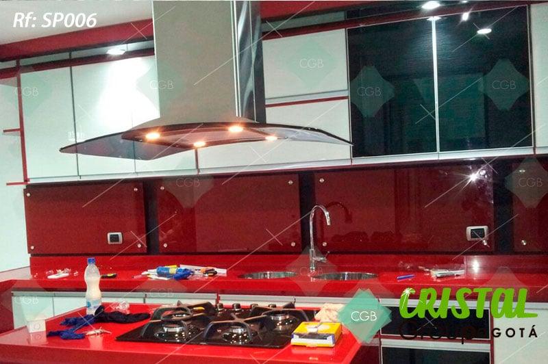 Salpicadero-en-vidrio-con-fondo-de-color-para-cocina2