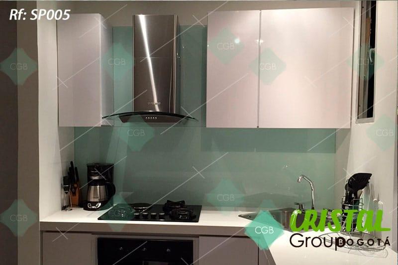 Salpicadero-en-vidrio-con-fondo-de-color-para-cocina3