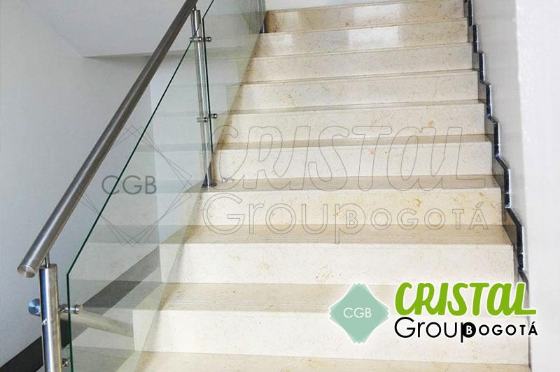 baranda-en-acero-para-escalera-interna-con-vidrio-y-accesorios2