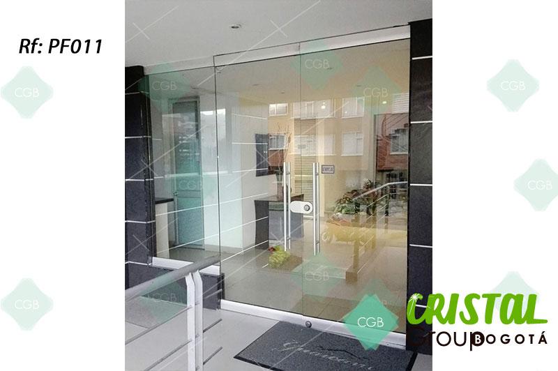 puerta-fachada-en-vidrio-templado-con-zocalo-en-aluminio
