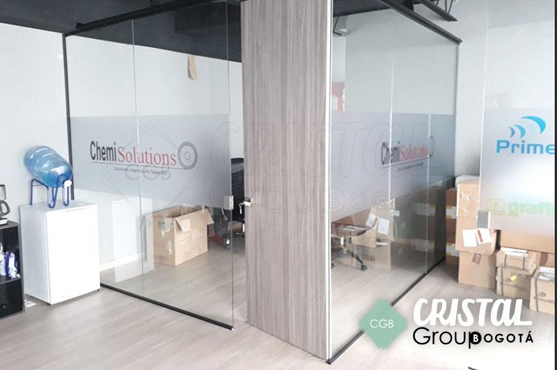Division-de-oficina-en-vidrio-con-accesorios-en-acero3