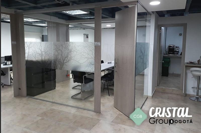 Division-de-oficina-en-vidrio-con-accesorios-en-aluminio