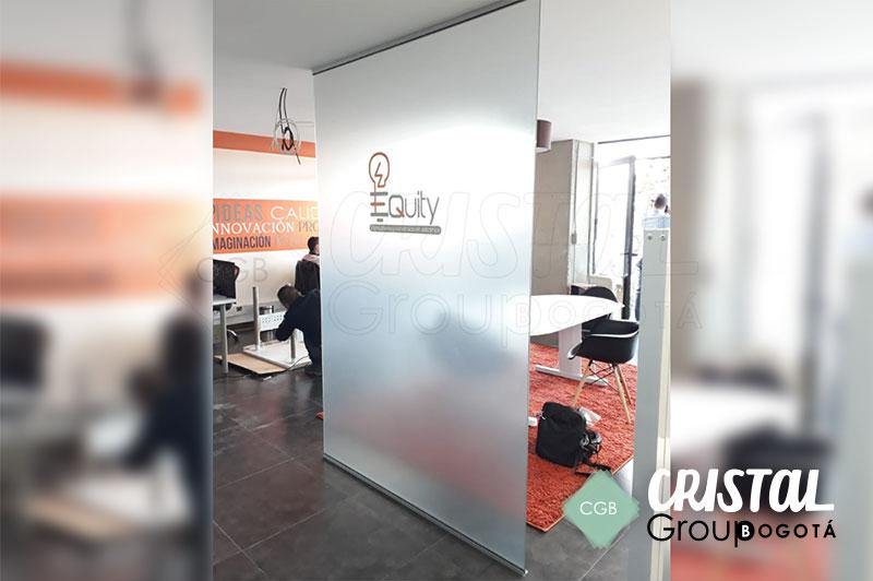 Division-de-oficina-en-vidrio-con-accesorios-en-aluminio3