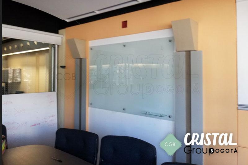 Tablero-en-vidrio-para-oficina-con-fondo-opalizado