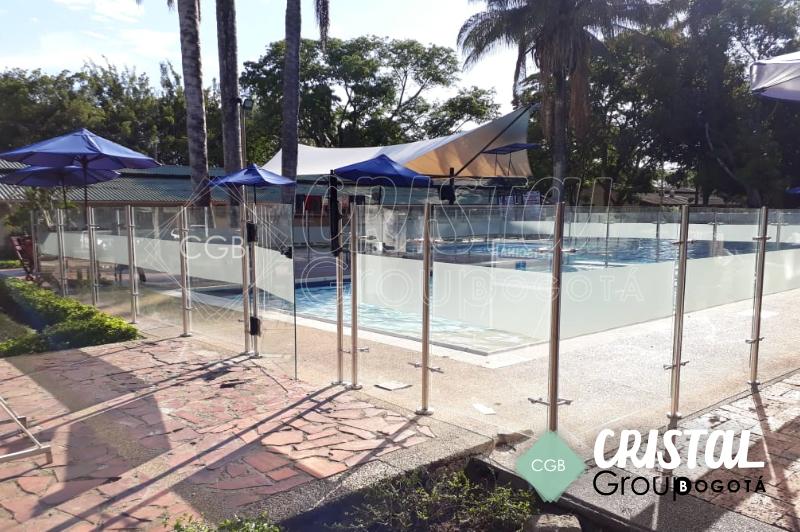 Cortavientos-para-piscina-en-vidrio-con-accesorios-en-acero